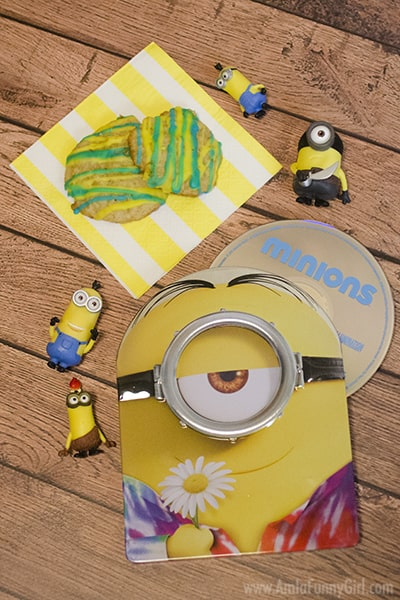 Metalpak box with cookies and toys #MinionsMovieNight AD